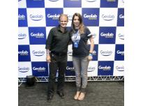 Na foto comigo, a Gerente de Marketing da Geolab, Bibiana Dellanor.